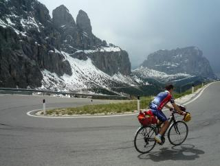 Passo Gardena, western ascent with the view to Sassolungo